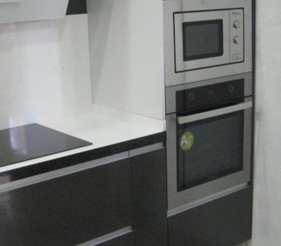 Cocina con uñero aluminio vista semicolumna horno micro